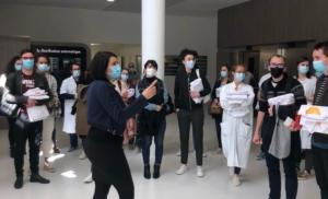Mme Weber, Directrice des Affaires médicales, accuille les internes dans le hall du NHE